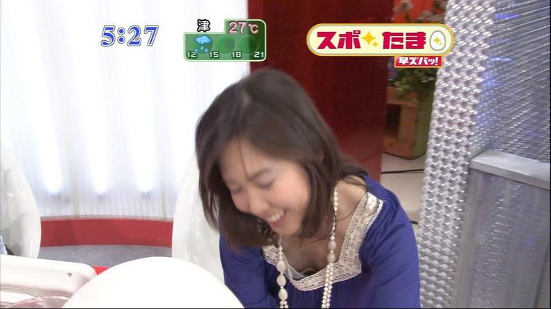 【胸ちらキャプ画像】テレビなのにここまでオッパイ見えていいのか!と思うくらい胸ちらしてるw 22