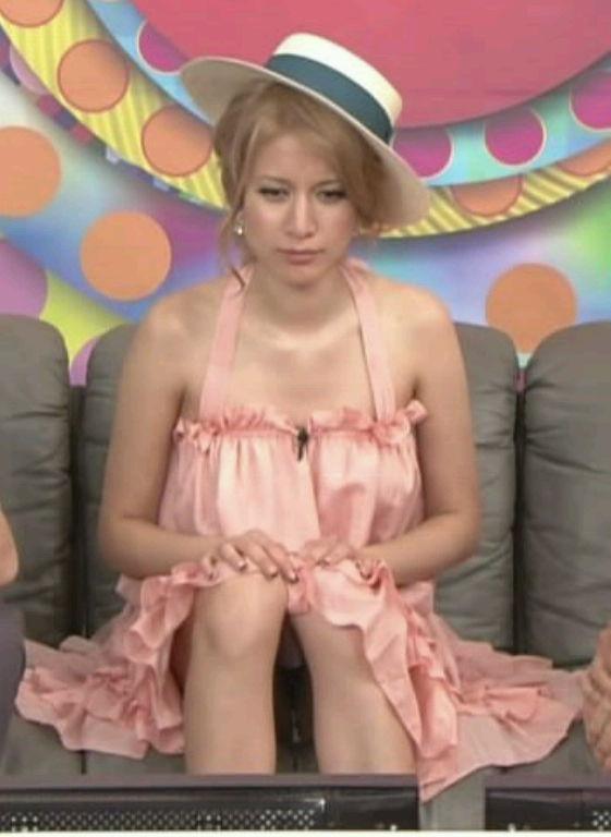 【パンチラキャプ画像】テレビ見てたらミニスカ履いたタレント達が生パン見えちゃってるもんだからw 18