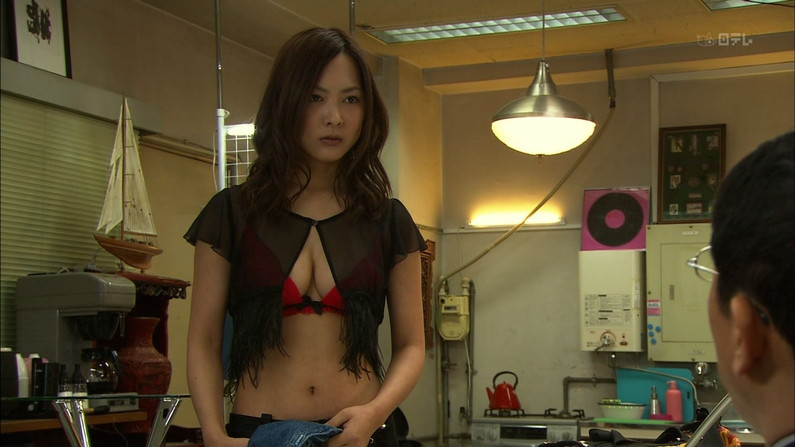 【水着キャプ画像】水着からオッパイがこぼれんばかりの美女がテレビに映ってるぞww 22