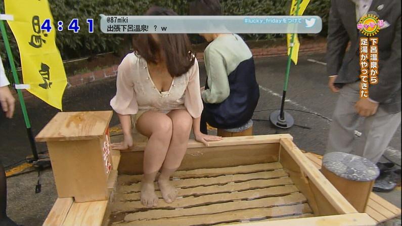 【胸ちらキャプ画像】そんな胸元空いた服で前屈みになったら丸見えのオッパイがテレビに映ってますよw 04
