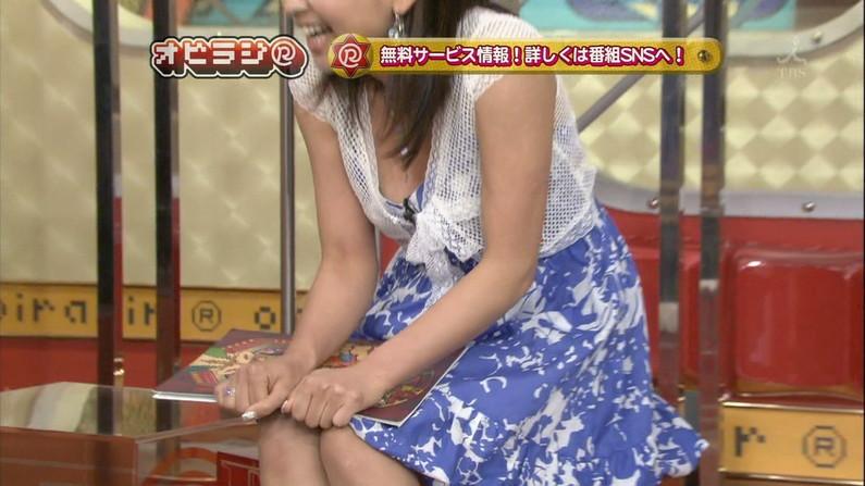 【胸ちらキャプ画像】そんな胸元空いた服で前屈みになったら丸見えのオッパイがテレビに映ってますよw 05