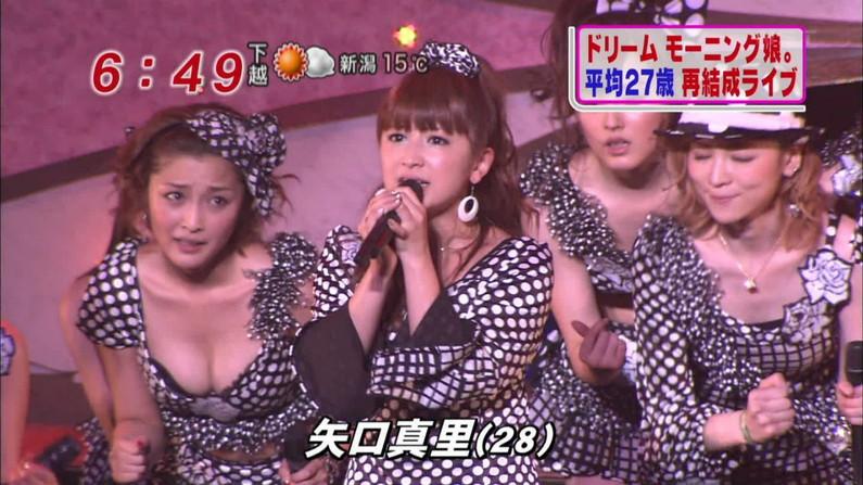 【胸ちらキャプ画像】そんな胸元空いた服で前屈みになったら丸見えのオッパイがテレビに映ってますよw 17