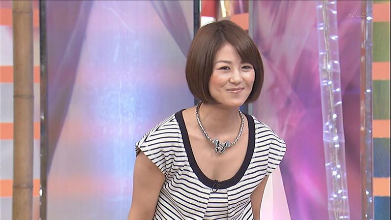 【胸ちらキャプ画像】テレビでエロい谷間見せすぎな巨乳タレント達w 17
