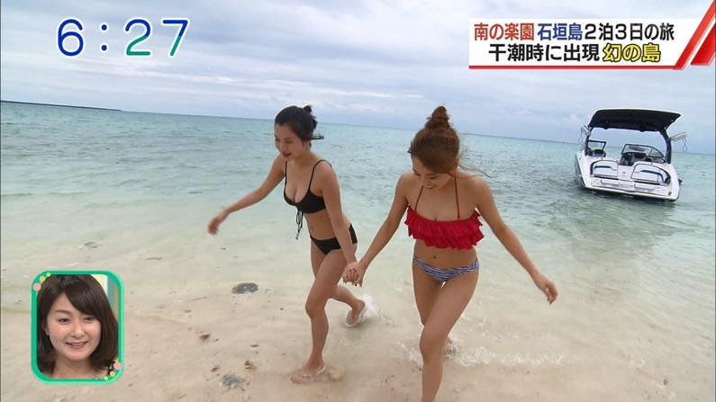 【水着キャプ画像】テレビに映る巨乳アイドルのビキニからはみ出すオッパイが悩殺的w 01
