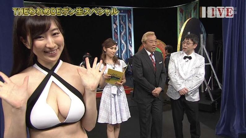 【水着キャプ画像】テレビに映る巨乳アイドルのビキニからはみ出すオッパイが悩殺的w 05