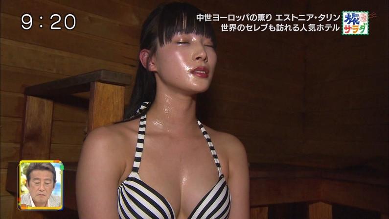 【水着キャプ画像】テレビに映る巨乳アイドルのビキニからはみ出すオッパイが悩殺的w 12