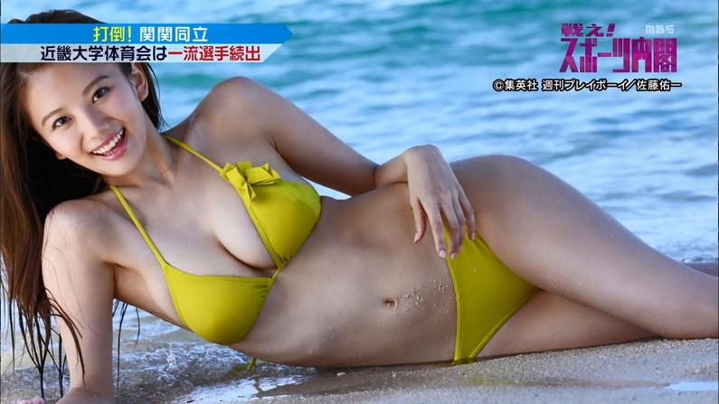 【水着キャプ画像】テレビに映る巨乳アイドルのビキニからはみ出すオッパイが悩殺的w 13