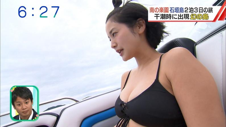 【水着キャプ画像】テレビに映る巨乳アイドルのビキニからはみ出すオッパイが悩殺的w 16