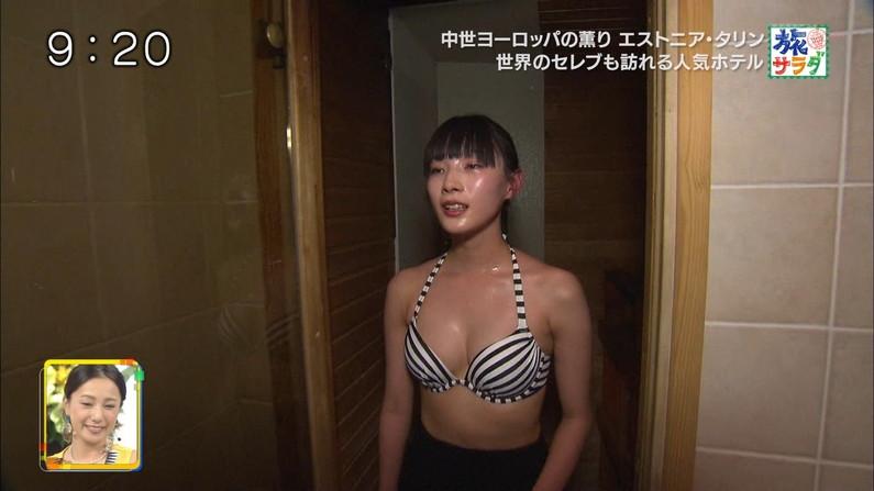 【水着キャプ画像】テレビに映る巨乳アイドルのビキニからはみ出すオッパイが悩殺的w 17