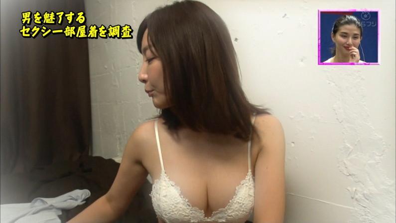 【水着キャプ画像】テレビに映る巨乳アイドルのビキニからはみ出すオッパイが悩殺的w 19