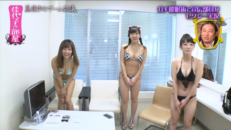【水着キャプ画像】テレビに映る巨乳アイドルのビキニからはみ出すオッパイが悩殺的w 23