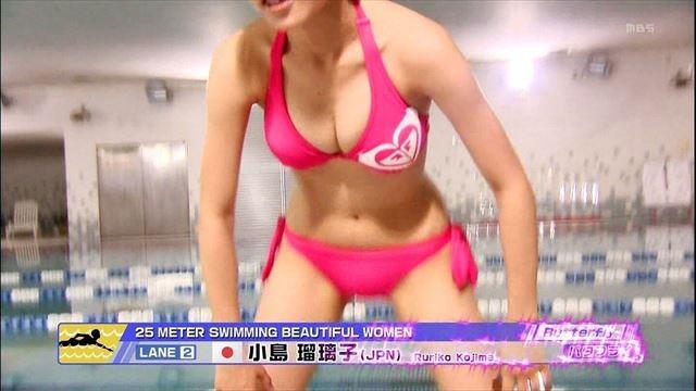 【水着キャプ画像】テレビに映る巨乳アイドルのビキニからはみ出すオッパイが悩殺的w 24