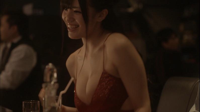 【胸ちらキャプ画像】タレント達が自慢のオッパイを寄せてあげて強調しまくりw 07