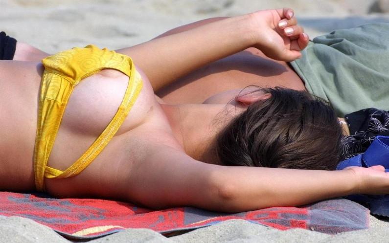 【乳首ポロリ画像】思わぬハプニングでビキニから乳首ポロリしちゃった素人達w 23
