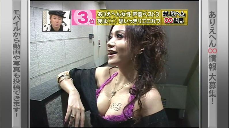 【胸ちらキャプ画像】エロい谷間を見せつけるかのようにテレビに出てくる巨乳タレントw 03