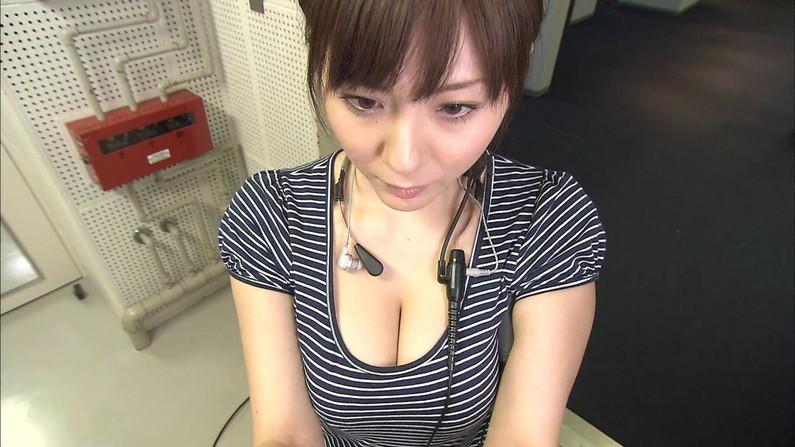 【胸ちらキャプ画像】エロい谷間を見せつけるかのようにテレビに出てくる巨乳タレントw 16