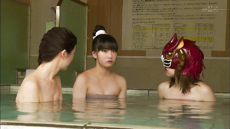 【温泉キャプ画像】巨乳タレントのハミ乳がエロい温泉レポww 05