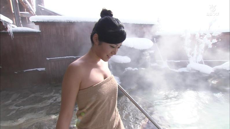 【温泉キャプ画像】巨乳タレントのハミ乳がエロい温泉レポww 08