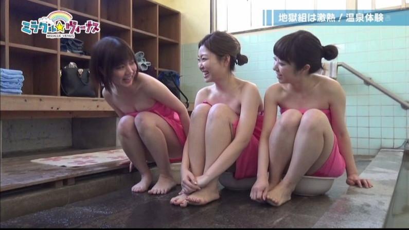 【温泉キャプ画像】巨乳タレントのハミ乳がエロい温泉レポww 09