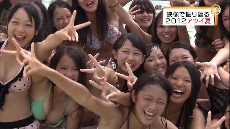 【水着キャプ画像】今年もこの光景が見れるのはもぉ間近wテレビに映されたエロい水着の素人達w 03