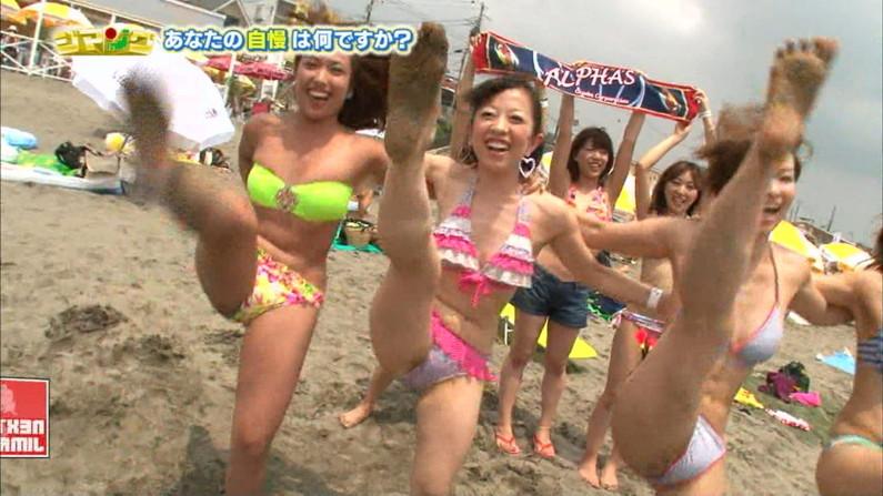 【水着キャプ画像】今年もこの光景が見れるのはもぉ間近wテレビに映されたエロい水着の素人達w 15