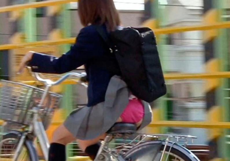 【ハプニングパンチラ画像】鞄でスカートめくれ上がっちゃってるのに全く気付いてない素人女性ww