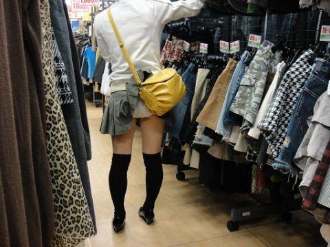 【ハプニングパンチラ画像】鞄でスカートめくれ上がっちゃってるのに全く気付いてない素人女性ww 03