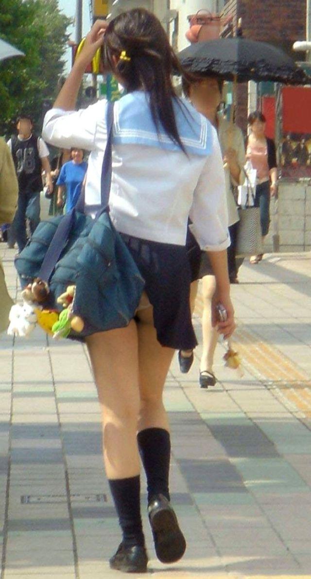 【ハプニングパンチラ画像】鞄でスカートめくれ上がっちゃってるのに全く気付いてない素人女性ww 04