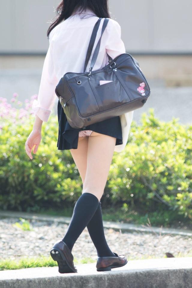 【ハプニングパンチラ画像】鞄でスカートめくれ上がっちゃってるのに全く気付いてない素人女性ww 05
