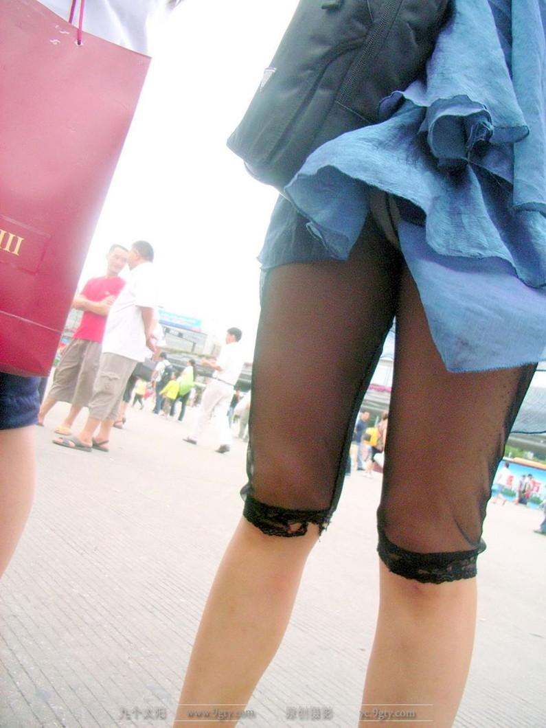 【ハプニングパンチラ画像】鞄でスカートめくれ上がっちゃってるのに全く気付いてない素人女性ww 06