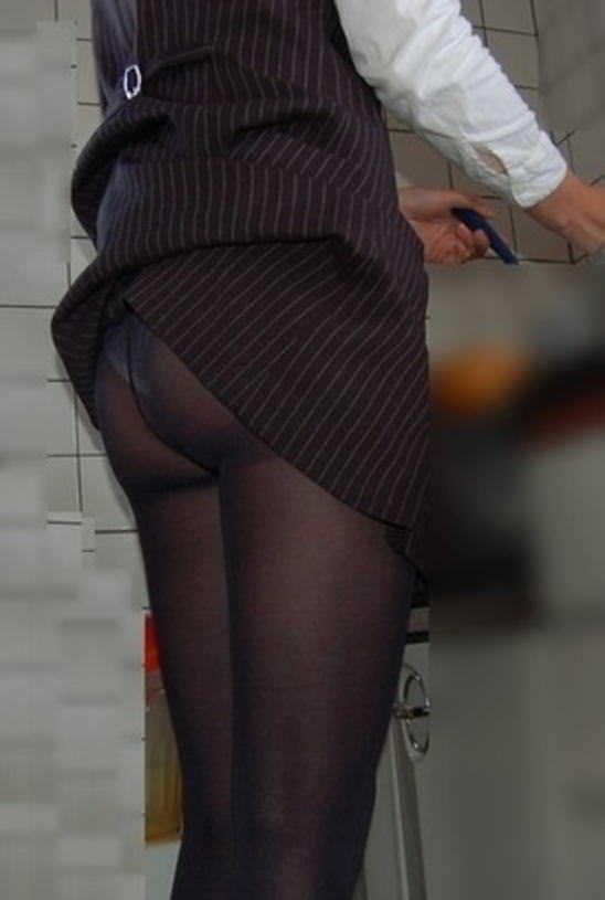 【ハプニングパンチラ画像】鞄でスカートめくれ上がっちゃってるのに全く気付いてない素人女性ww 09