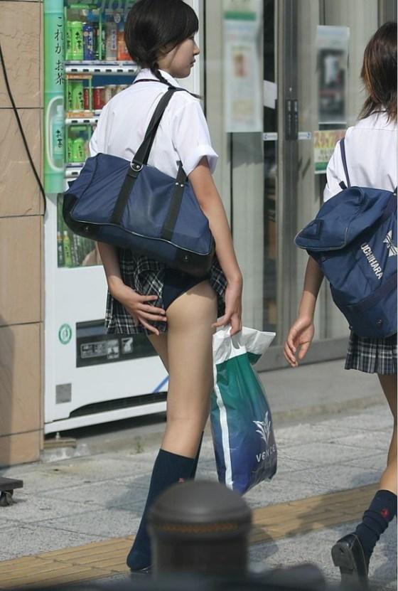 【ハプニングパンチラ画像】鞄でスカートめくれ上がっちゃってるのに全く気付いてない素人女性ww 13