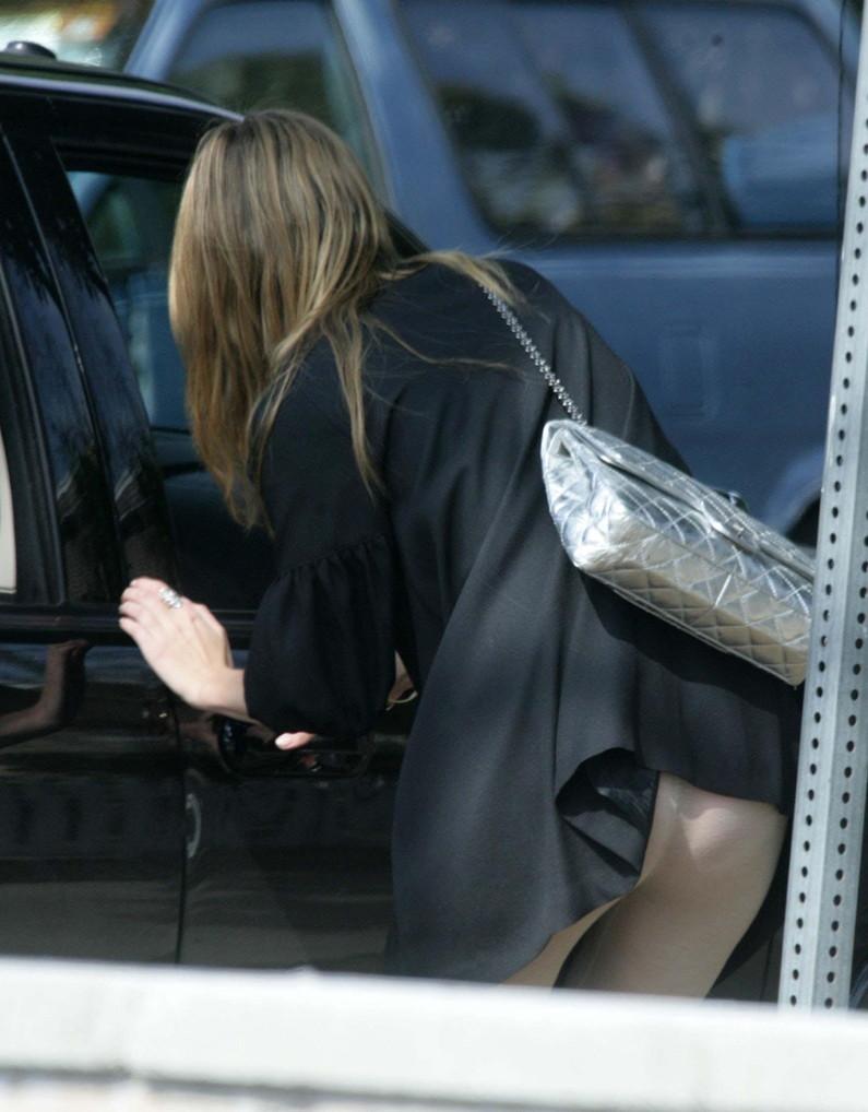 【ハプニングパンチラ画像】鞄でスカートめくれ上がっちゃってるのに全く気付いてない素人女性ww 17