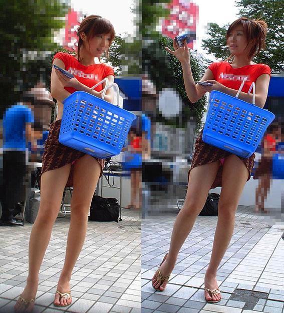 【ハプニングパンチラ画像】鞄でスカートめくれ上がっちゃってるのに全く気付いてない素人女性ww 24