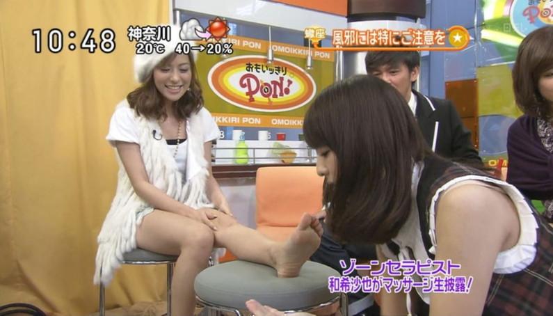 【足裏キャプ画像】臭そうな足だけど、それがまたちょっと興奮しちゃう美人タレントの足の裏w