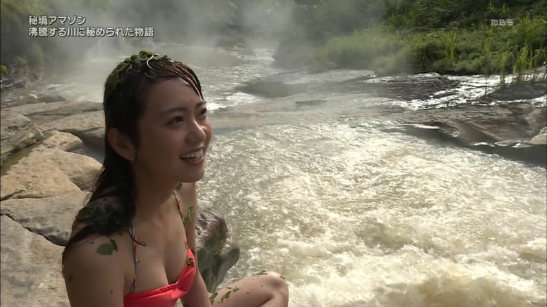 【水着キャプ画像】水着姿のタレント達が水着からハミ乳しまくってやばいんだけどw 01