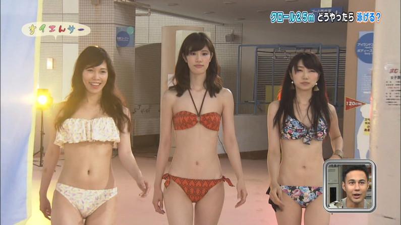【水着キャプ画像】水着姿のタレント達が水着からハミ乳しまくってやばいんだけどw 17