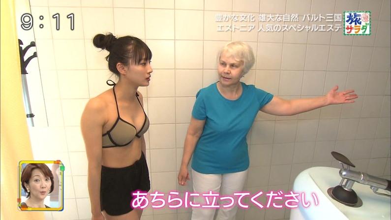 【水着キャプ画像】水着姿のタレント達が水着からハミ乳しまくってやばいんだけどw 19