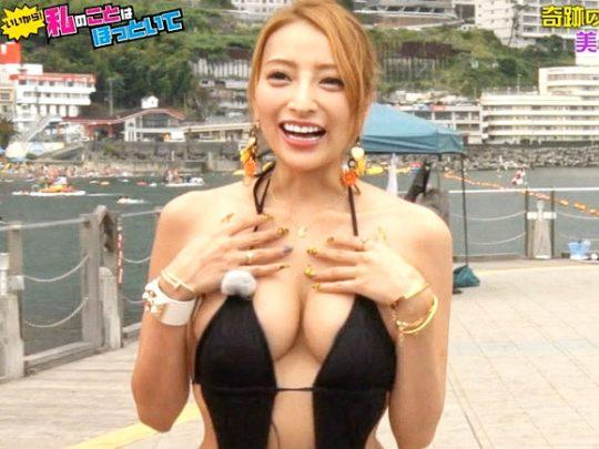 【水着キャプ画像】巨乳美女が小さなビキニ着てテレビに出てるんだけど、オッパイやべーww 16