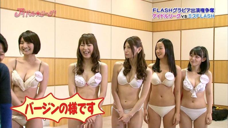【水着キャプ画像】巨乳美女が小さなビキニ着てテレビに出てるんだけど、オッパイやべーww 19