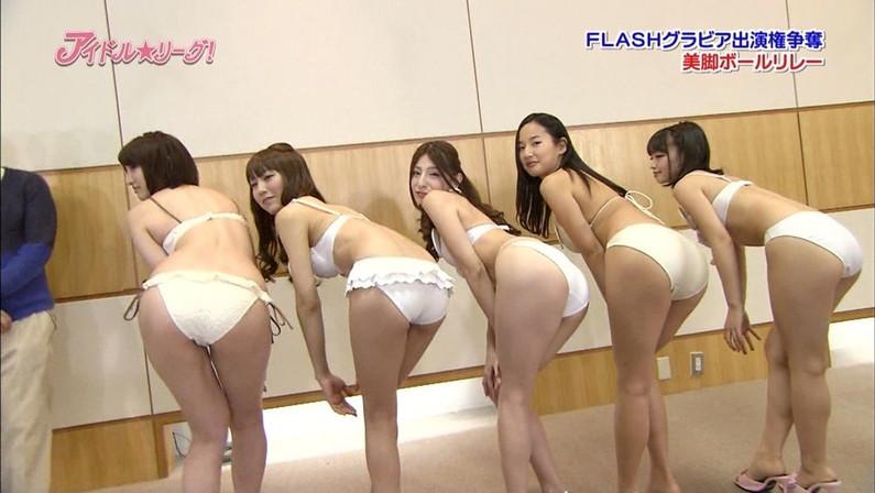 【お尻キャプ画像】テレビに映る水着美女のぷっりぷりのお尻がはみ出しすぎww 17
