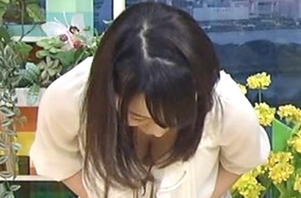 【胸チラキャプ画像】テレビで谷間見せつけ過ぎなタレント達w 11