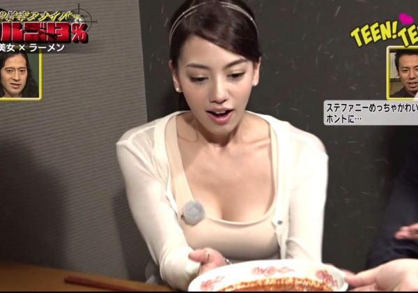 【胸チラキャプ画像】テレビで谷間見せつけ過ぎなタレント達w 24
