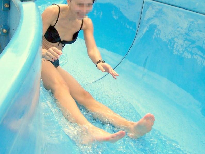 【素人ハプニング画像】水着美女がはしゃぎすぎて色んなものが水着からはみ出してるw 10
