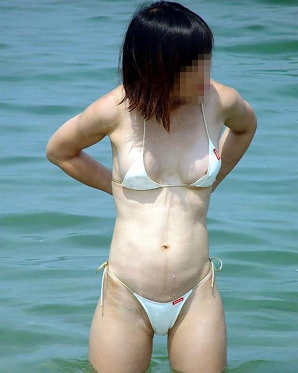 【素人ハプニング画像】水着美女がはしゃぎすぎて色んなものが水着からはみ出してるw 11