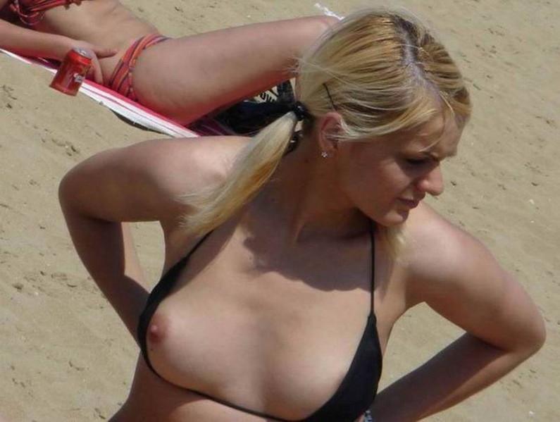 【素人ハプニング画像】水着美女がはしゃぎすぎて色んなものが水着からはみ出してるw 14