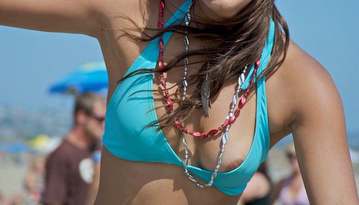 【素人ハプニング画像】水着美女がはしゃぎすぎて色んなものが水着からはみ出してるw 18