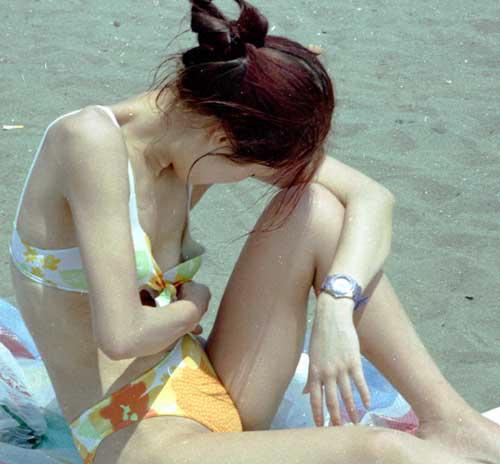 【素人ハプニング画像】水着美女がはしゃぎすぎて色んなものが水着からはみ出してるw 21