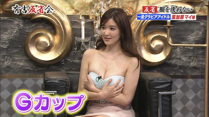【胸ちらキャプ画像】テレビだからとエロい谷間見せつける巨乳タレント達w 06