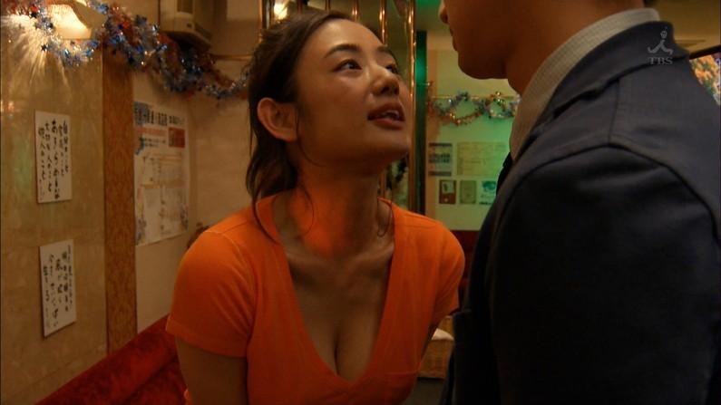 【胸ちらキャプ画像】テレビだからとエロい谷間見せつける巨乳タレント達w 10